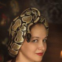 Необычный головной убор в виде живой змеи. Как вам? :: Татьяна Семёнова