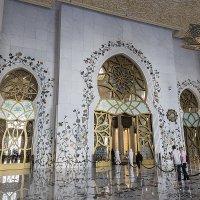 Белая мечеть. Вход в молельный зал :: Gennadiy Karasev