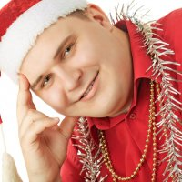 Улыбающийся молодой человек в красной рубашке :: Андрей Гуров