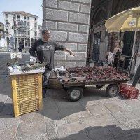 Venezia. Mercato di Rialto. Appelli venditore di fragole. :: Игорь Олегович Кравченко