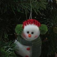 На зелёной ёлке белый снеговик :: Дмитрий Никитин