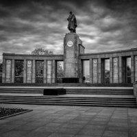 Памятник солдатам-освободителям в Берлине :: Александр