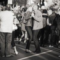 Танец на набережной :: Александр Баранов