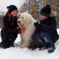 Маня обнимается с детками :: Лариса Батурова