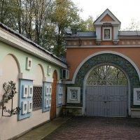 Ворота церковной ограды Преображенской церкви в Переделкино :: Елена Павлова (Смолова)