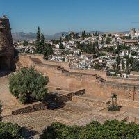 Вид на Альбайсин со стены Альгамбры :: Владимир Брагилевский