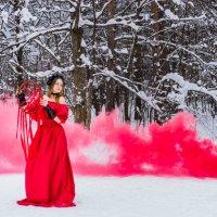 Красный цветной дым и девушка с ловцом снов :: Ирина Вайнбранд
