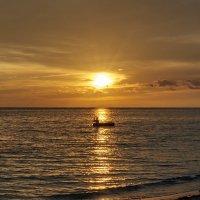 Лодочник на солнечной дорожке заката :: Минихан Сафин