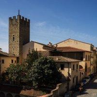 Ареццо. Улица via del Pileate и дом Петрарки (под красной черепичной крышей). :: Надежда Лаптева