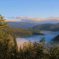 Притаился в долине туман :: Сергей Чиняев