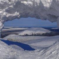 снежные вершины через арку снега :: Георгий