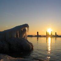 На море берега покрылись льдом. Солнечный закат украшает. :: Kartos Ogurcov