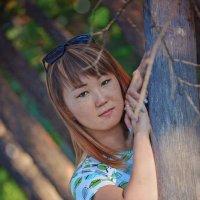 девушка у дерева :: Яна