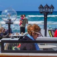 В кафе на берегу моря :: Alla S.