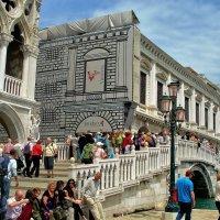 Туристы у Дворца Дожей... :: Sergey Gordoff