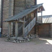 Висячее крыльцо колокольни Нижне-Уфтюгского погоста (1670) :: Наталья Сафонова