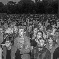 Народ слушает выступление Б.Ельцина с балкона Белого дома. :: Игорь Олегович Кравченко