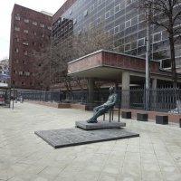 Памятник архитектору Ле Корбюзье на Мясницкой у дома , построенного им :: Сергей Антонов