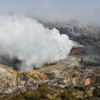 дымящий кратер вулкана Поас :: Георгий
