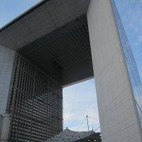 Арка Дефанс хорошо просматривается через Триумфальную арку на пл.Шарля де Голля :: Iren Ko