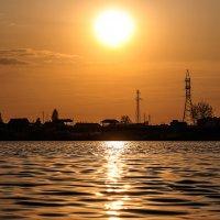 Майский золотой закат солнца над озером :: Анатолий Клепешнёв