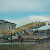 У проходной завода в Каменске-Уральском «приземлился» боевой самолет СУ-17. :: Михаил Полыгалов