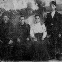 Слева мой дед (1882-1921) и моя бабушка (1882-1970). Снимок 1913 г. История не по учебнику. :: Юрий Поляков