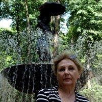 Две женщины и фонтан :: Marina Bernackaya Бернацкая