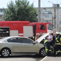 ЧП во дворе: загорелся двигатель автомобиля, спасатели прибыли вовремя... :: Алекс Аро Аро