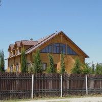 Домик у храма :: Александр Рыжов