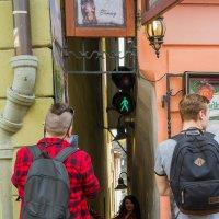 Самая узкая улочка в Праге. Со светофором :: leo yagonen