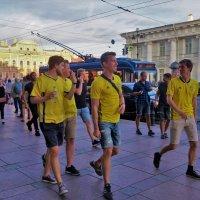 Шведские болельщики на Невском... :: Sergey Gordoff