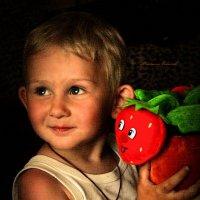 Мальчик с клубничкой :: Михаил Власов