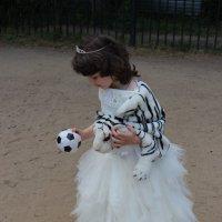 Леди  тоже  предпочитают  футбол! :: Eva Tisse