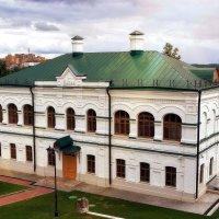 Близ Святых врат монастыря в 1898 году была построена школа. :: Татьяна Помогалова