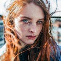 Рыжая девушка на крыше :: Lenar Abdrakhmanov