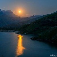 Луна над озером Гижгит :: Сергей