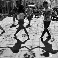 Уличные танцы в контражуре. :: Николай Кондаков