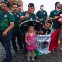 Внучка Даша с мексиканскими болельщиками :: Сергей Михальченко