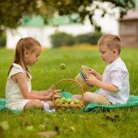 деревенские волшебники или левитация яблока :: Виктория Доманская