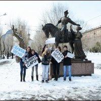 Молодёжь с плакатами. :: Юрий ГУКОВЪ