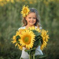 Девочка с подсолнухами :: Виктория Дубровская