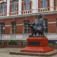 Памятник доктору Гралю :: Сергей Цветков