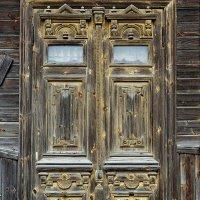 Работа старых мастеров, деревянная дверь дома в исторической части Тутаева, правобережье :: Николай Белавин