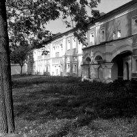 Келейный корпус Спасо-Преображенского монастыря в Ярославле. 1995 год :: alek48s