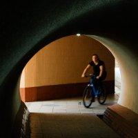 Велосипедистка в тоннеле :: Николай Н