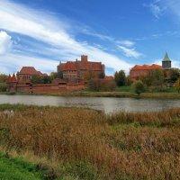 Замок Мальборк и костел Св.Яна на реке Ногат :: Сергей Карачин