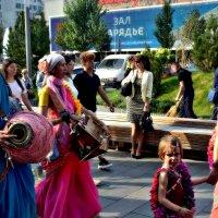Харе́ Кри́шна — индуистская мантра на Новом Арбате. :: Михаил Столяров