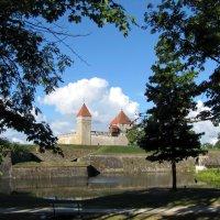 Епископский замок, окруженный рвом :: veera (veerra)