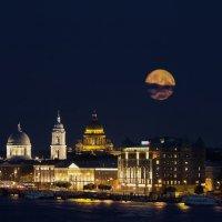 Восход луны над Питером :: Владимир Колесников